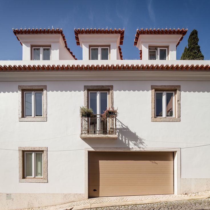 This building, located next to the Tapada das Necessidades in Lisbon, consists of a three-storey structure plus attic, two exterior patios and a large terrace on the middle floor.