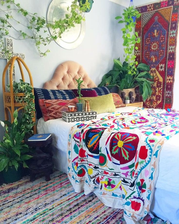 Its Monday & we're werking ✌️ Our San Fransisco Suzani looking gorgeous in this bohemian bedroom scene this morning. Our stunning vintage Turkish runner on the wall. So exquisitely retro it KILLS ME! A beautiful chindi rug on the floor. Vintage Mudcloth doubling as a lumbar on the bed. The very last exquisite large black & white bone inlay cross on the wall.
