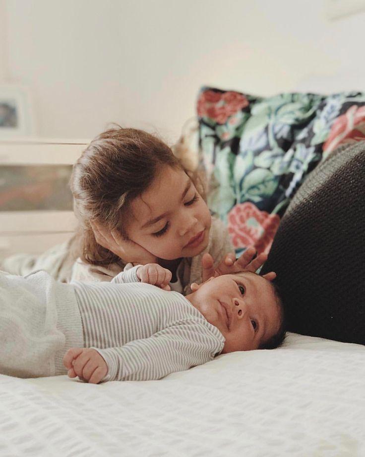 Hermanas mayores que miran embelesadas y llenas de #conmiradademadre y amor a los hermanos pequeños  .preciosa imagen de @eugeniabetancor Destacada por @hadasycuscus