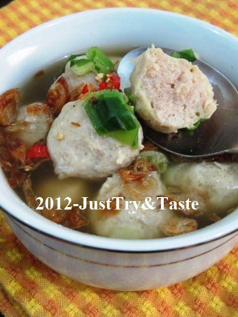 Chicken meatball soup. [in indonesian]