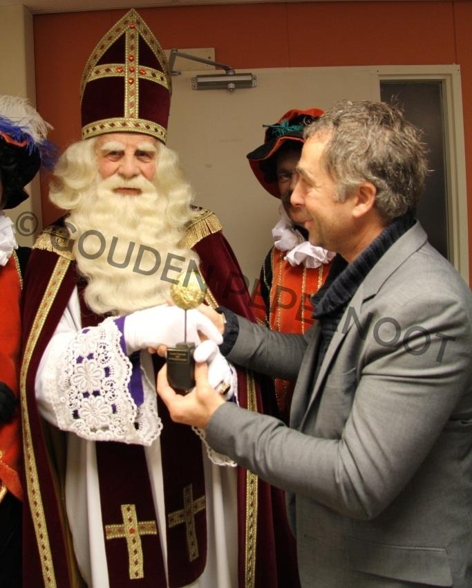 Sinterklaas nam de eerste Gouden Pepernoot in ontvangst, deze Gouden Pepernoot is bestemd voor Bram van der Vlugt, de Sint zal er voor zorgen dat de Gouden Pepernoot bij Bram in zijn schoen terecht zal komen.
