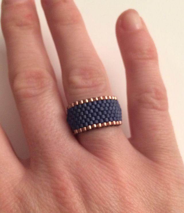 Bague métal cuivré orné d'un tissage de perles de verre réalisé entièrement à la main : Bague par lolaluis