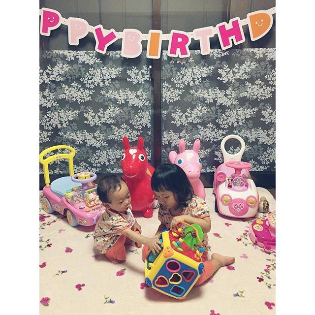 Instagram media miho.0625 - 今日は心結の従姉妹ちゃん1歳のお誕生日をしました♡  私からのプレゼントはプーさんのやりたい放題☺︎ さっそく取り合いになってます( ◞˟૩˟) プレゼントまみれになったおうち 笑 ちゃっかり心結も、自分のもののように遊んで楽しんでました٩(●˙▿˙●)۶  これでもまだ、お腹は治ってません。。◟́◞̀ #はっぴーばーすでー #誕生日 #従姉妹 #1歳  #娘 #2歳2ヶ月 #実は #じぃじも同じ誕生日 #おめでとう #ロディ #Rody #やりたい放題 #プーさん