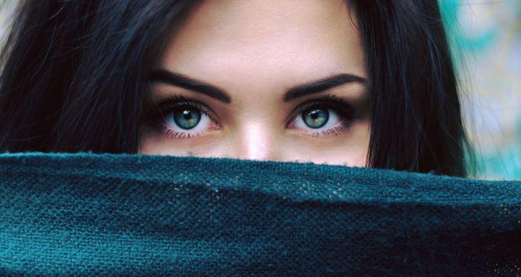 """Ochii sunt oglinda sufletului.. ajută-i să zâmbească! ☺ Când îți demachiezi ochii, supraveghează-ți mișcările - nu freca pielea, nu insista până se înroșește epiderma, pentru că acest lucru constituie un factor de agresivitate - pleoapele și pielea din jurul ochilor sunt zone extrem de sensibile și, procedând astfel, riști ca nu peste mult timp să observi că au apărut riduri fine. Oricum, se va întâmpla și acest lucru, mai devreme sau mai târziu, dar de ce să """"dai o mână de ajutor""""? 😉"""
