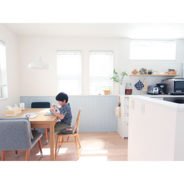 asuさんの、unico,IKEA,豆苗,2階リビング,腰壁,水色,ウッドブラインド,リクシル,ダイソー,IDEE,モモナチュラル,上げ下げ窓,ダイニング,コデマリ,キッチン,のお部屋写真