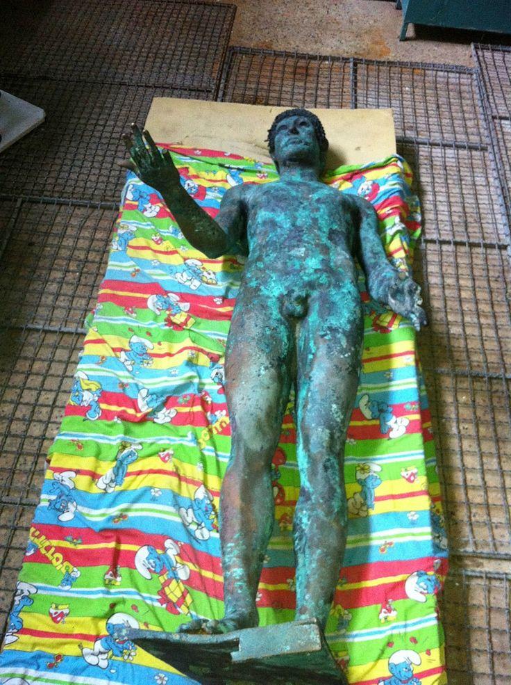 Un pescador de Gaza encuentra una magnífica estatua de bronce del dios Apolo.