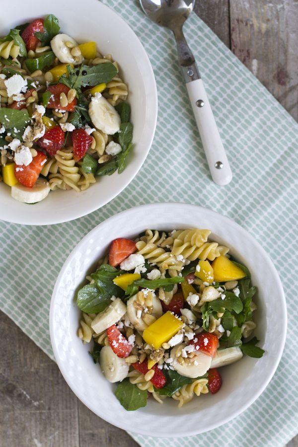 Als je opzoek bent naar een zomerse pastasalade dan is dit jouw gerecht: een fruitige pastasalade. Ik eet niet vaak fruit bij de avondmaaltijd, maar op mooie zomerdagen maak ik graag een uitzondering. Fruit is vaak lekker fris, licht én gezond :) Zeker als je geen tijd of zin hebt om te koken komt deze... LEES MEER...