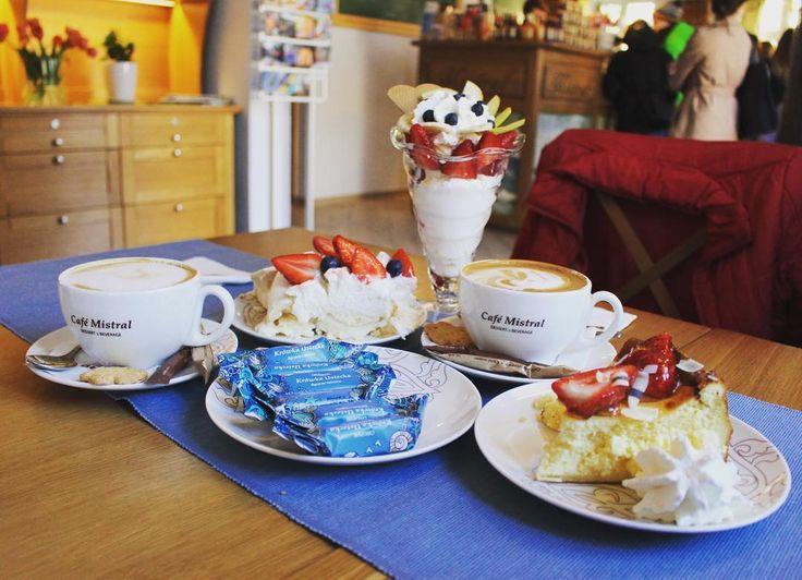 Słodkie szaleństwo  w Cafe Mistral - mega miejscówce w Ustce. Chodźcie na bloga po więcej (link w bio). . . . #ustka #ustkanafali #krówkiusteckie #krówki #cafemistral #foodporn #foodstagram #instafood #foodie #sweetstuff #instasweets #pieceofcake #foodlover #ripdiet #masterpiece #eating #tasty