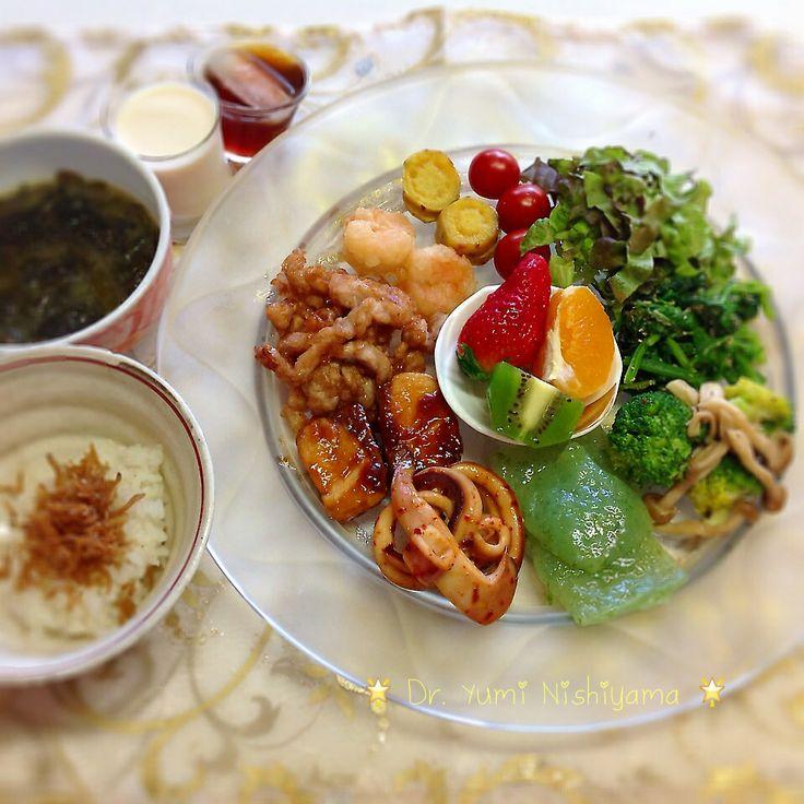 にしやま由美式ダイエットプレート (時計回りに食べる) 2014.3.25の朝プレートです。  大きめのプレートに食材を並べて、12時の位置から順番に食べます。とても分かり易い方法です。  トマト、葉物野菜、ブロッコリーとキノコ、から刺身こんにゃく、いか、魚、豚肉、エビ、芋、デザートと順番に食べていきます。  豚肉のあたりから、ワカメスープとジャコご飯を始めます。食材の量は、年齢などにより調整してください。  いつもの、最後に飲むオリジナル⭐️西山酵素⭐️と豆乳も添えてあります。   外側からの皮膚ケアのみならず、身体の内側を整えることは美容と健康の基本です。  この順番は、血糖値を急激に上げないので身体に優しく栄養補給ができ、そして家族全員が健康になります。   食材のアレルギーには、個人差がありますのでご注意ください。  ⭐️時計周りに食べる⭐️のダイエットプレート本も出版中です!