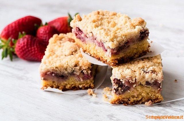 Crumb cake alle fragole e fragoline questo dolce è caratterizzato da una base morbida, uno strato centrale di frutta fresca e in superficie una sbriciolatura croccante
