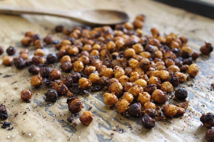 Här kommer ett perfekt snacks till kvällen, rostade kikärter i ugnen. Så sjukt goda att bara äta som dom är, i sallader eller varför inte på mackan eller i en wrap.    Ingredienser: 1 st...