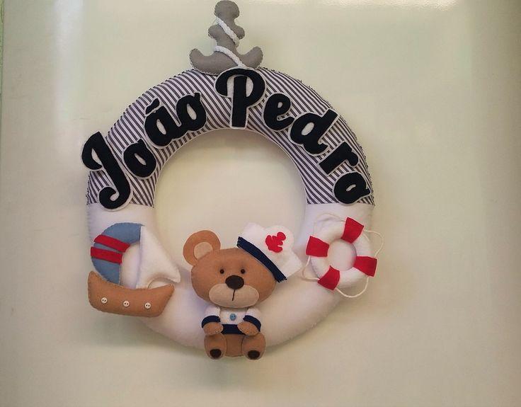 Kit de decoração para quarto de bebe com tema urso marinheiro. <br>O kit é composto de 1 urso marinheiro para nicho, e de 1 guirlanda para porta de maternidade no tema urso marinheiro. <br> <br>Peças costuradas carinhosamente a mão.