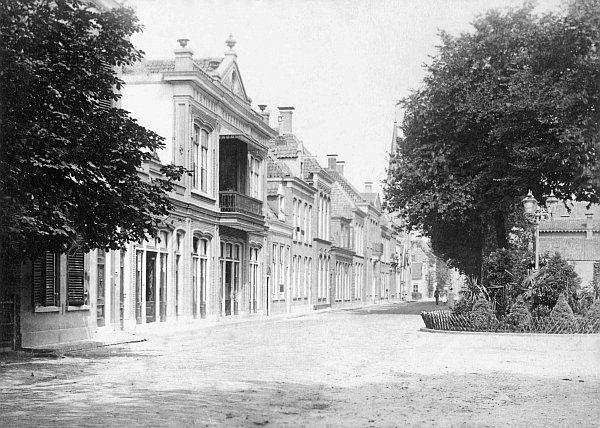 Zuideinde bij Ogterop  (1887 - 1893)  Zeer oude foto van het Zuideinde vanaf de kruising met de Stationsweg met daarop het plantsoentje met een drie-armige gaslantaarn