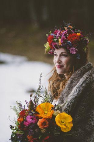 Une couronne de fleurs ★ Epinglé par le site de fournitures de loisirs créatifs Do It Yourself https://la-petite-epicerie.fr/fr/★  pour un mariage en hiver - inspiration hiver russe