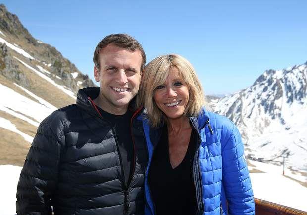 Emmanuel Macron et Brigitte prennent la pose en amoureux