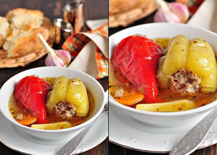 Vă prezentăm o rețetă specială de ardei umpluți cu carne. Aceștia sunt scăldați în supă de legumecu busuioc – o combinație perfectă.Ardeii pregătiți la cuptor sunt absolut delicioși, sunt foarte aromați, arată nemaipomenit, sunt suculenți și pur și simplu irezistibili. Acești ardei minunați se vor mânca ca pâinea caldă. Serviți-i fierbinți la prânz sau cină! …