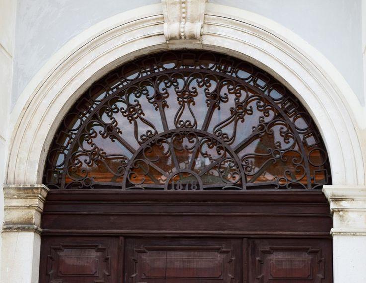 Schmiedeeisernes Oberlicht am Eingang zum Rathaus in Piran http://www.travelworldonline.de/traveller/piran-das-fischerdorf-an-der-adria/?fb_ref=Default&utm_content=buffer2ffce&utm_medium=social&utm_source=pinterest.com&utm_campaign=buffer ... #piran #feelsLOVEnia #doors