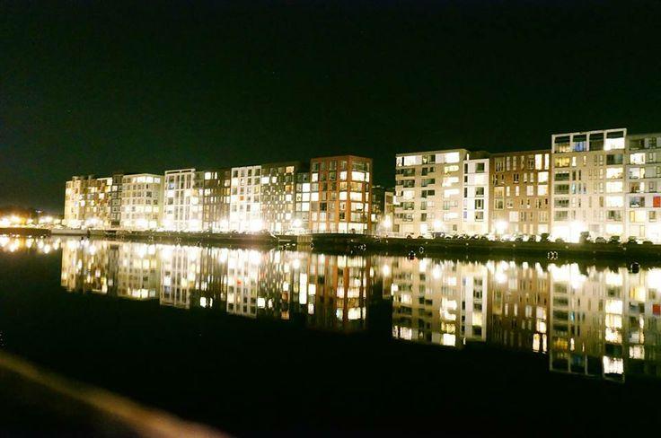Sluseholmen i København om natten- koncept marketings udsigt når vi arbejder lidt for længe over
