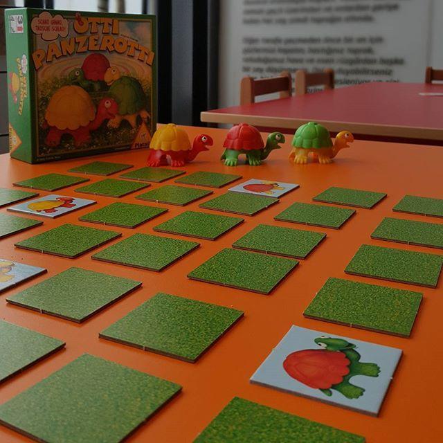 🐳Renkli Kaplumbağalar 3 yaş üstü için harika bir eşleştirme ve hafıza oyunu. Ortada kapalı duran kartlardaki kaplumbağa resimleri ile kabukları değişebilen kaplumbağaları eşleştiren kartı kazanıyor ve istediği iki kabuğun yerini değiştirip yeni bir kombinasyon olusturuyor. Bu oyun ile görsel algı, hafıza, dikkat ve konsantrasyon becerileri artacaktır. Sipariş için🌟 www.kidolina.com 🌟 Fiyat :49,90 TL #kidolina #ogrenmeninoyunhali #renklikaplumbagalar #ottipanzerotti #akiloyunlari…