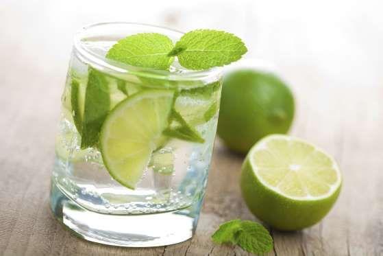 <p>Se vi annoiate a bere l'acqua semplice, provate ad aromatizzarla: aggiungete una fettina di limon... - Tribù Golosa