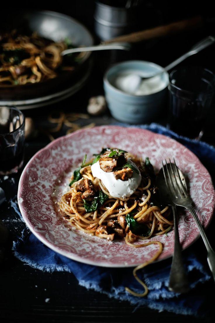 Pratos e Travessas: Esparguete com molho de tomates secos ao sol, espinafres e cogumelos marrom