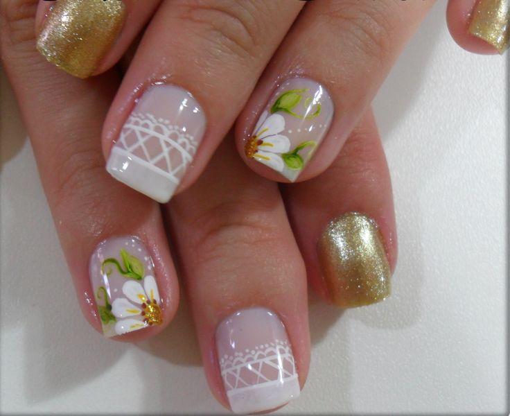 uñas blanco y dorado flor blanco