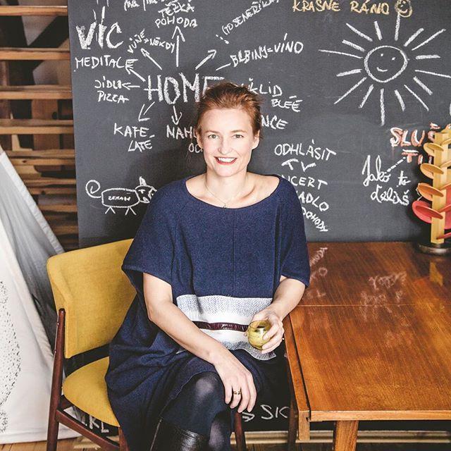 Milujeme módní návrhářku @KaterinaGeislerova ❤  Jak bydlí a pracuje, najdete v březnové Marianne!   #katerinageislerova #fashiondesigner #living #atelier #mariannemagazine #marchissue