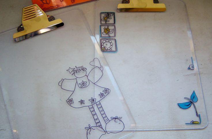 """La transparencia de las TABLAS CON CLIP SABLÓN nos permite decorarlas con los diseños personalizados. Aquí usamos MARCADORES METÁLICOS para darle  color, o puedes dejarlas en """"transparente y negro"""".  ¡Saludos Süz!  ;)"""