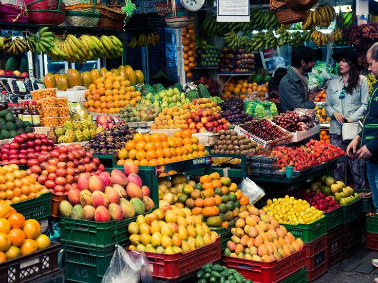 Colombia es uno de los mundos más grande exportación de flores. En los mercados tienen variedades de frutas y flores que no haz visto. Esto sería un gran lugar para ir así pueden ver cómo los mercados están en Colombia.