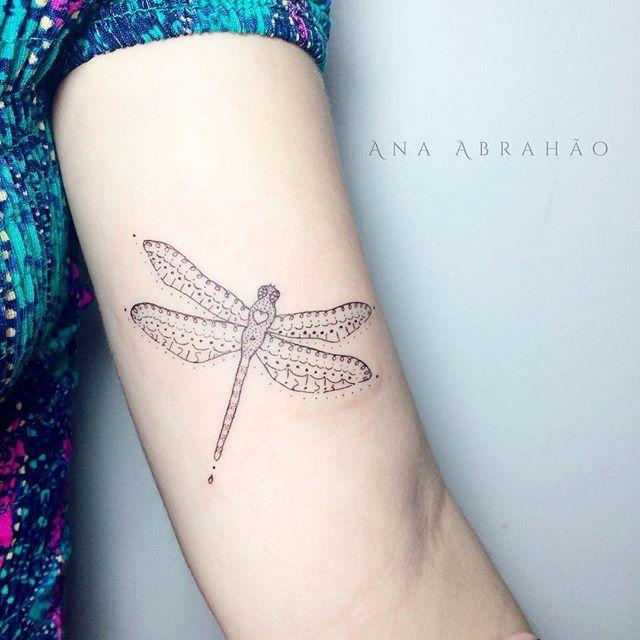 A M O R A.  Pequenina e muito gentil, cheia de amor para dar em sua também pequena e leve existência! ❤️ #anaabrahao #astattooistas #tattoo #tatouage #tatuagem #ink #inspiration #dragonfly #libelula #fineline #t4ttois #delicada