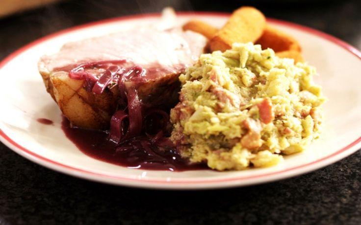 Dit gerecht is een perfect voorbeeld van een rustieke maaltijd. Het varkensgebraad moet je de nodige tijd in de oven gunnen, en vooral niet op een te hoge temperatuur bakken. Het vlees hoort sappig en licht rosé gebakken te zijn. Da's een beetje de kunst. En ja, er komt tijdens deze bereiding al eens een klontje boter bij kijken, maar daar zullen de tafelgasten wellicht niet over klagen.Om erbij te serveren:Bak aardappelkroketten (uit de diepvries) of serveer dit gerecht met een a...