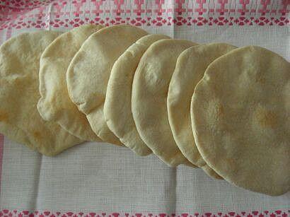 Z ingrediencí vypracujeme těsto (pomohla mi pekárna), po vykynutí rozdělíme na 8 bochánků, které potřeme olejem a znovu necháme nakynout. Pak...