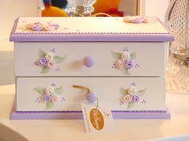 Caja alhajero de dos cajones con flores de porcelana