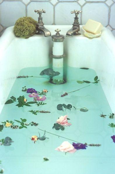 Une baignoire avec des fleurs.