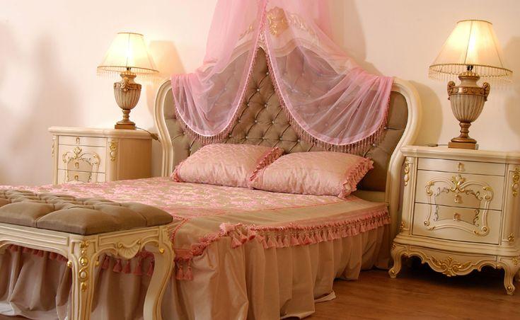 Yatak başlığından kapitone döşeme tercih edilen Arda Yatak Odası Takımı, üzerindeki pentür işçiliği ile de dikkat çekiyor.  http://www.asortie.com/yatak-odasi-135-Arda-Klasik-Yatak-Odasi