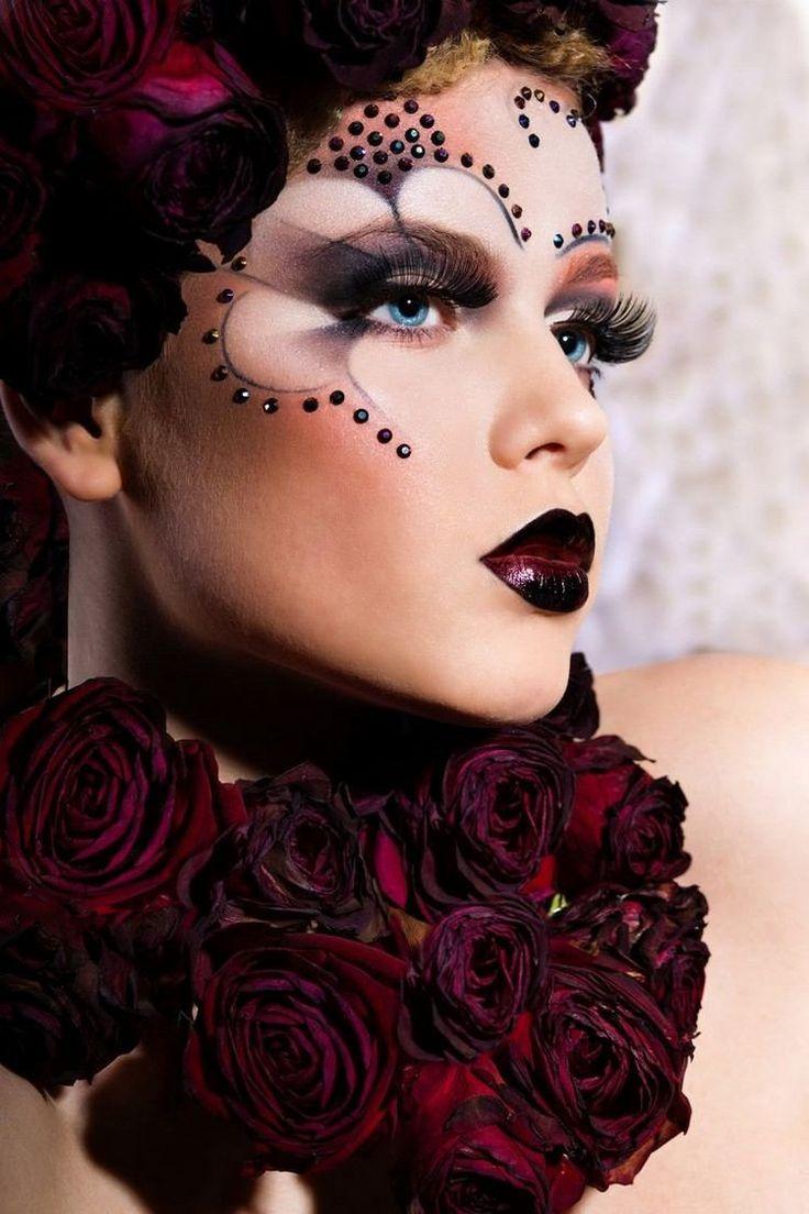 schwarze Glitzersteine und effektvolles Make up