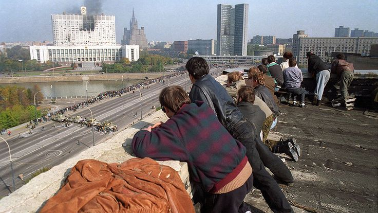 Жители Москвы наблюдают за обстрелом Белого дома