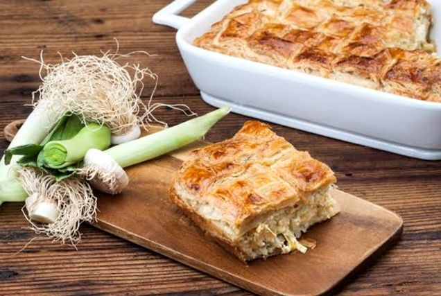 Τα Ζαγοροχώρια είναι ο παράδεισος της πίτας! Ειδικά όταν περιέχουν υλικά της Ηπειρώτικης γης, όπως το κατσικίσιο τυρί ΠΟΠ, κανείς δεν λέει όχι σε δεύτερο κομμάτι. Φτιάξτε την πρασόπιτα Ζαγοροχωρίων με φύλλο σφολιάτας «του χεριού σας», για ακόμα πιο τραγανές και απολαυστικές μπουκιές.
