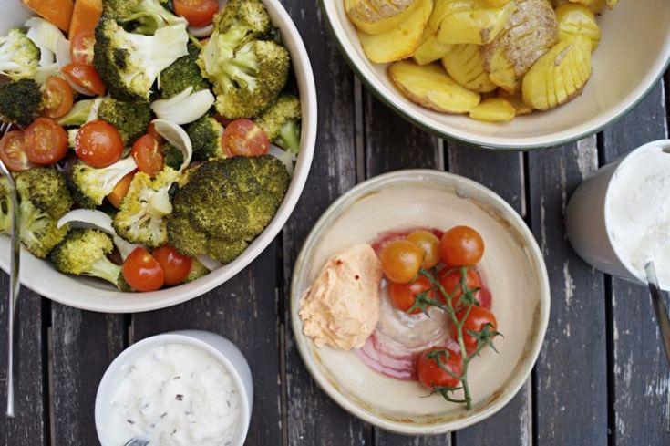Bacjofengemüse: Tomaten, Brokkoli, Zwiebeln, Tomaten; alles mit etwas Olivenöl, Salz und Pfeffer vermischen; bei 200°C für 20-30 Minuten in den Backofen und dann genießen!