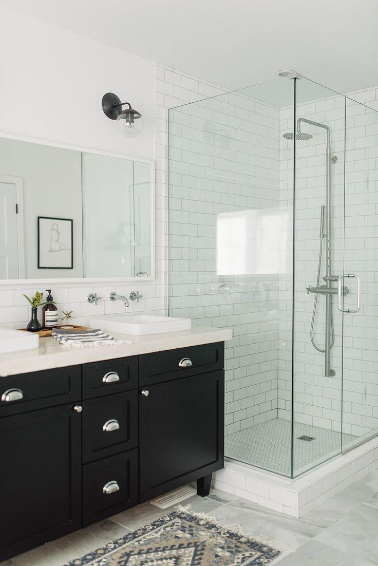Ein unglaubliches Vorher und Nachher. Heute enthülle ich das Design des Hauptbadezimmers und alle Produkte und Oberflächen, die wir ausgewählt haben. Es ist unser modernes Schwarz und …
