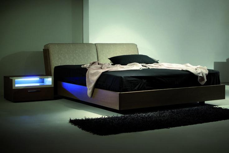ΚΡΕΒΑΤΟΚΑΜΑΡΑ ΣΕΤ FLY.   Το κρεβάτι διαθέτει μηχανισμό ανάκλησης στο κεφαλάρι.  Μοντέρνο κρεβάτι άριστης ποιότητας ελληνικής κατασκευής.    Κομοδίνα με κρυφό φωτισμό led.   Δυνατότητα επιλογής διαστάσεων   Δυνατότητα επιλογής ξύλου δρύς ή καρυδιά.   Μεγάλη επιλογή σε αποχρώσεις υφάσματος και ξύλου.   Στην τιμή περιλαμβάνονται :  Κρεβάτι για στρώμα 160 x 200, Δύο κομοδίνα, Τουαλέτα, Καθρέφτης, Ανατομικό τελάρο