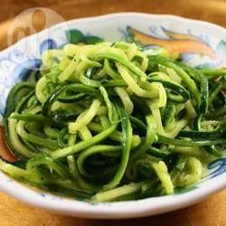 Spaghetti z cukinii - całkowicie wegańskie i bezglutenowe, pyszne, dietetyczne i zdrowe! Gotowe w 10 minut.