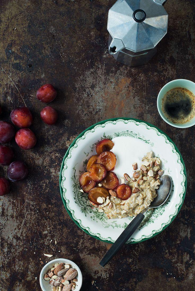 Havregrød med den rigtige topping kan smage fantastisk. Her er en opskrift med bananer, peanutbutter og ristede nødder, og en opskrift med bagte blommer.