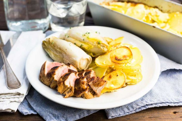 Recept voor varkenshaas voor 4 personen. Met zout, olijfolie, peper, aluminiumfolie, varkenshaas, aardappel, witlof, ei, slagroom, nootmuskaat en knoflook