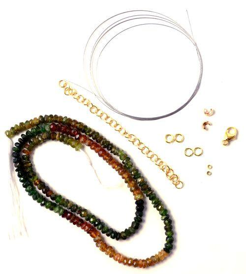 Til denne halskæde skal du bruge følgende materialer:  1 stk. streng af rav og grøn turmalin mix. 1 stk. wire (også kaldet tiger-tail) metallic 0,2mm, ca 60 cm. 2 stk. forgyldte lukkede øskner 4mm 2 stk. forgyldte øskner 4mm 2 stk. forgyldte wireklemmer 2 stk. forgyldte wireklemmeskjulere (crimp cover) 3mm 1 stk. forgyldt karabinlås 9mm 1 stk. forgyldt øskenkæde, ca. 8 cm.