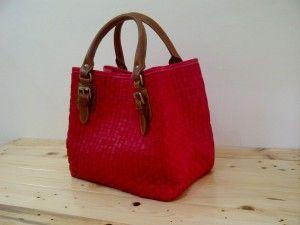 Tas kulit anyaman akan membantu menyederhanakan kehidupan rutin dengan cara yang menakjubkan