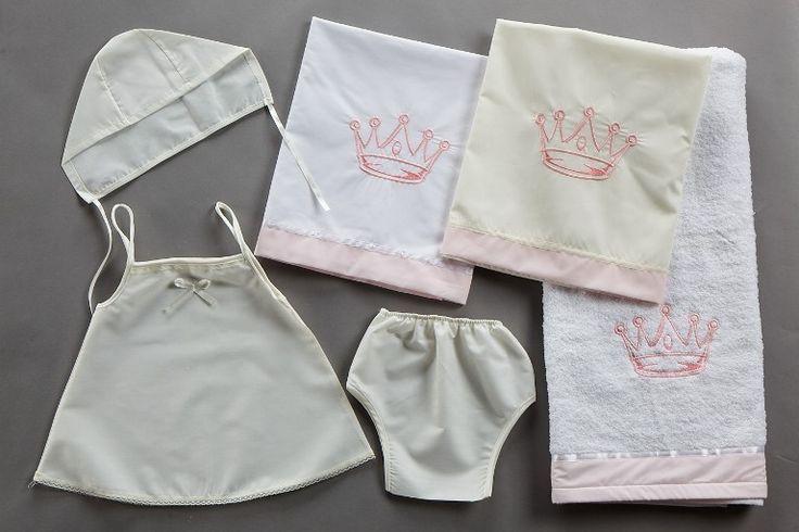 Σετ λαδόπανο για κορίτσια κορώνα σε λευκό-ροζ και εκρού ροζ.Όμορφο κέντημα με κορώνα στην πετσέτα και το λαδόπανο σε ροζ χρώμα και βαμβακερά εσώρουχα. 39,00 €