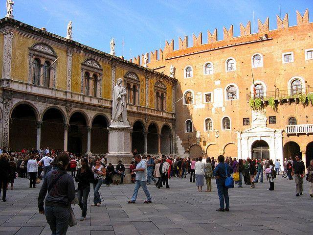 ..Verona ,Piazza dei Signori Italy..Il luogo è citato nel prologo del romanzo