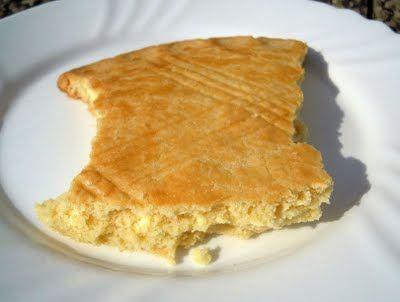 Broyé du Poitou  1 oeuf 125g de sucre 125g de beurre à température ambiante 250g de farine du sel(sauf si le beurre est salé) ( +1 jaune d'oeuf, pour dorer)  Dans un saladier, mélanger l'oeuf et le sucre. Incorporer le beurre puis ajouter la farine (et éventuellement le sel). Mélanger juste ce qu'il faut pour que la pâte s'amalgame et forme une boule. Etaler (sur une plaque assez grande) la pâte (à la main ça va plus vite) en un disque de 8 millimètres d'épaisseur