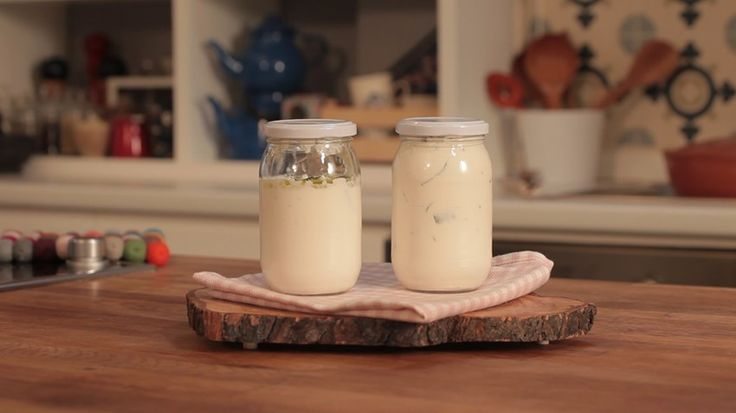 Yoğurt, peynir ve tuzu karıştırdık. Biberleri ayıklayıp doğradık. Yoğurtlu karışıma ekledik. Kavanozlara paylaştırıp zeytinyağı ekledik. Buzdolabında 4-5 gün beklettik.